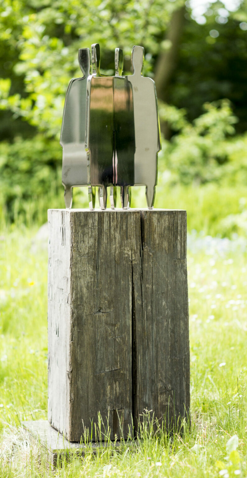 "Hilke Turré ""Der Reigen "" Stahl auf Holz, Höhe 145 cm"